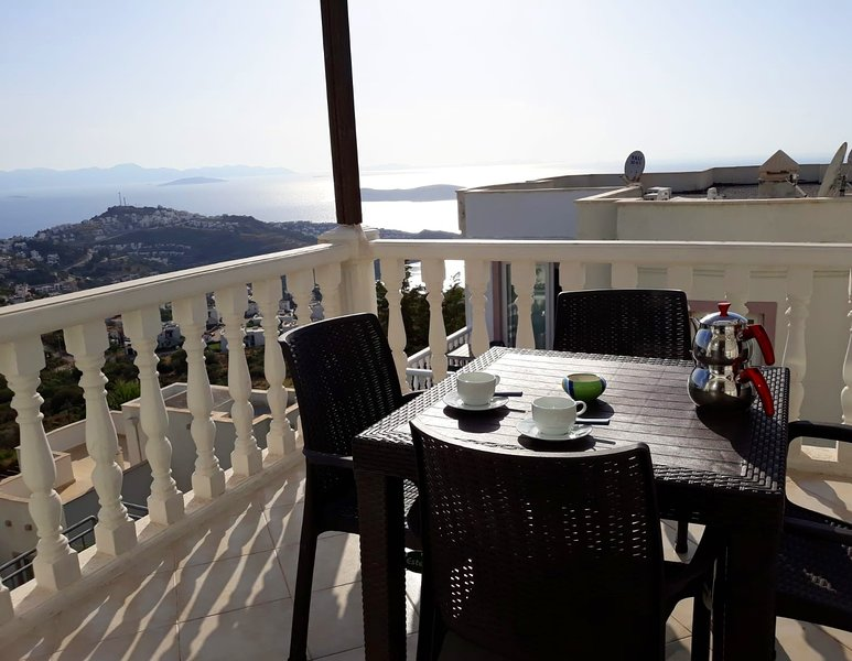 FAMILY APARTMENT IN A YALIKAVAK HOLIDAY VILLAGE WITH AQUAPARK, holiday rental in Bodrum District