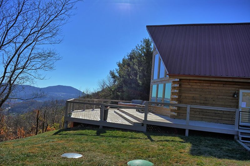 Appalachian Sky-3 BR Cabin with Breathtaking VIEWS, Hot Tub, Pool Table, Wi-Fi,, holiday rental in West Jefferson