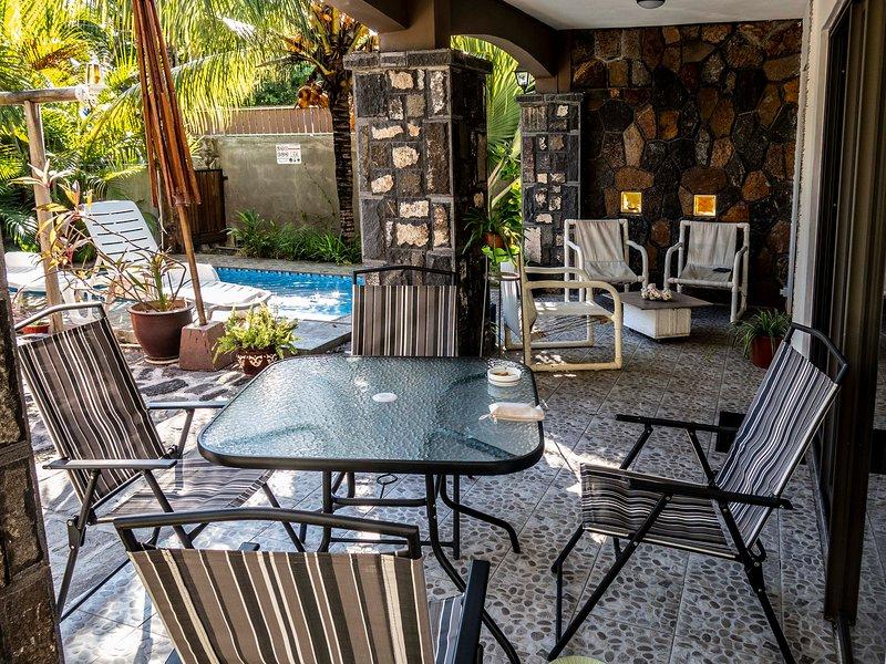 La veranda con tutte le attrezzature per i pasti e il relax a bordo piscina.