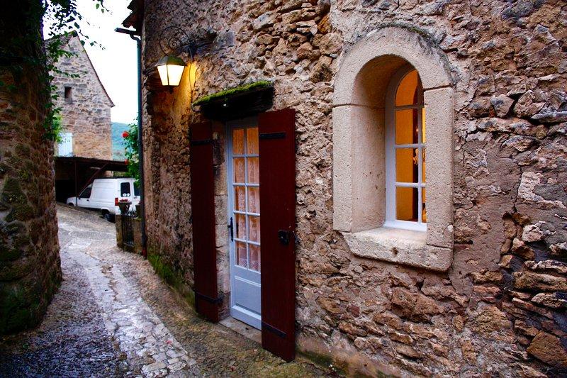 La entrada a La Petite Maison desde el camino adoquinado le da la bienvenida a su hogar cada noche.