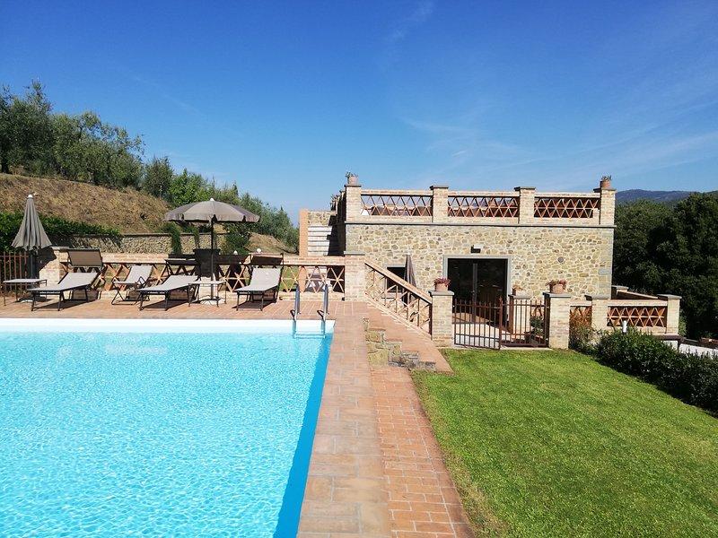 Casupoli, villa con vista panoramica e piscina a Castiglion Fiorentino, holiday rental in Castiglion Fiorentino