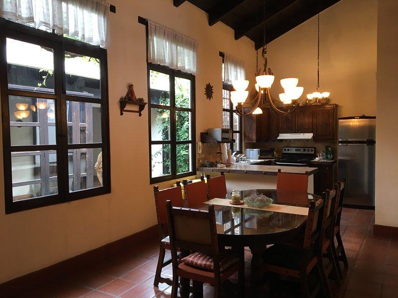 Casa de la Alameda - Charming colonial home w/ terrace & stunning volcano views, aluguéis de temporada em Ciudad Vieja