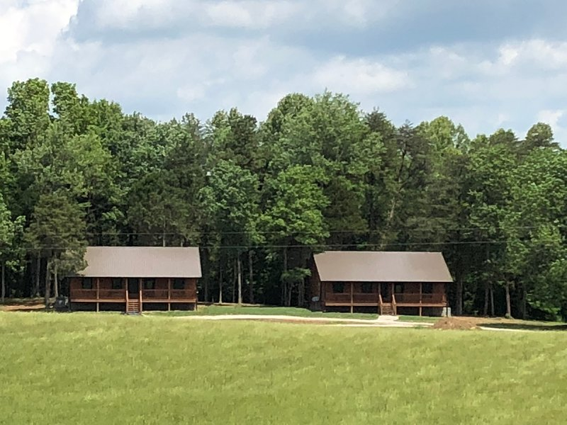 Cabin 2 on our 90 acre farm near East Port Marina and Dale Hollow Lake, location de vacances à Jamestown