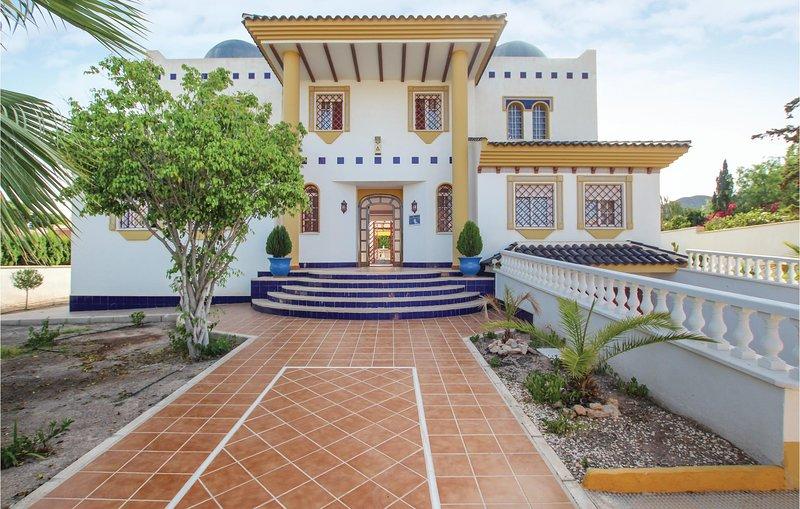 Amazing home in Aguilas with WiFi and 7 Bedrooms (ECC708), alquiler vacacional en Calabardina