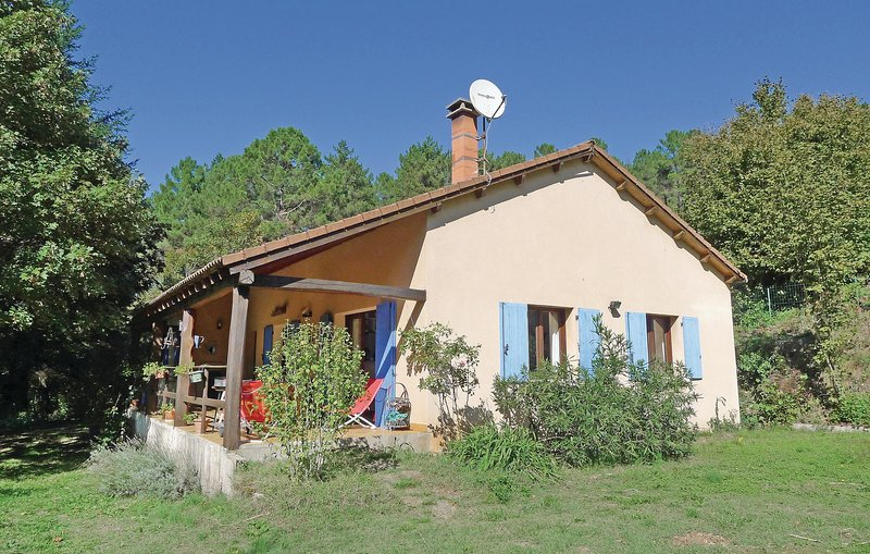 Nice home in Senechas with 6 Bedrooms (FLG324), alquiler vacacional en Aujac