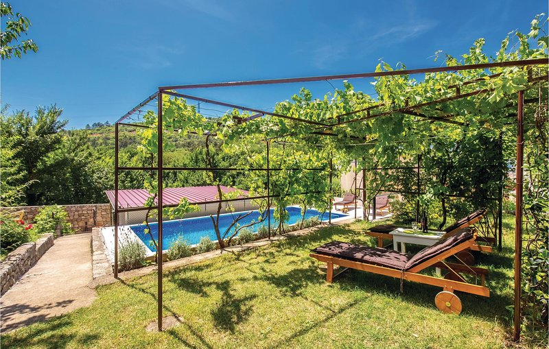 Awesome home in Krizisce with WiFi and 4 Bedrooms (CKA155), aluguéis de temporada em Smrika