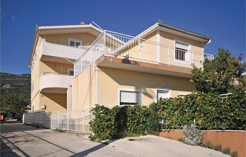 Amazing home in Kastel Luksic with WiFi and 3 Bedrooms (CDT929), location de vacances à Kastel Luksic