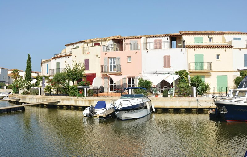 Nice home in Aigues-Mortes with Jacuzzi, WiFi and 3 Bedrooms (FLG333), alquiler vacacional en Port-Camargue