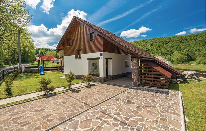 Amazing home in Begovo Razdolje with WiFi and 3 Bedrooms (CKB304), aluguéis de temporada em Begovo Razdolje