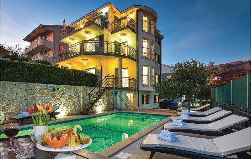 Amazing home in Kucine with WiFi and 8 Bedrooms (CDT966), location de vacances à Kamen