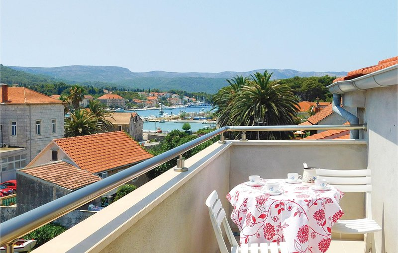 Stunning home in Stari Grad with WiFi and 3 Bedrooms (CDH441), holiday rental in Dol