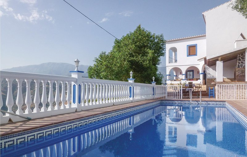 Beautiful home in Sayalonga with WiFi and 6 Bedrooms (EAN043), holiday rental in Sayalonga