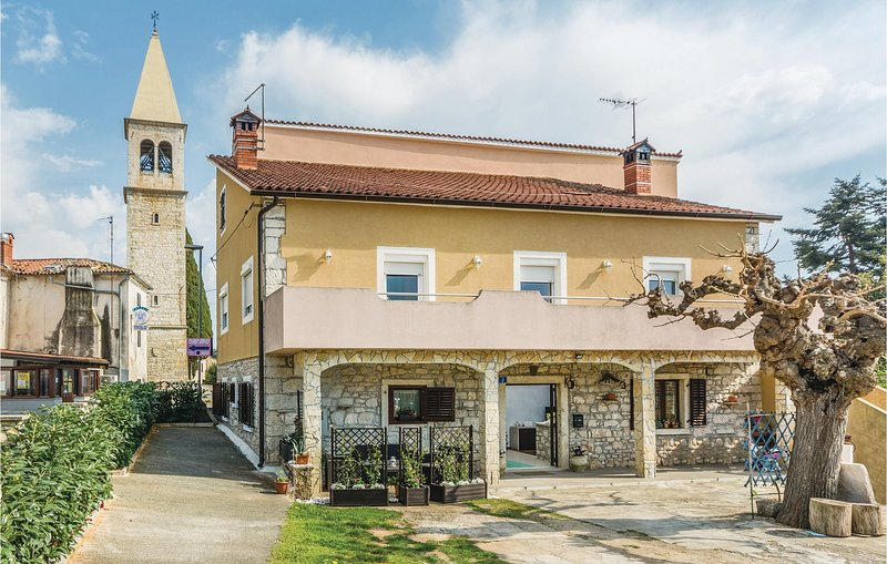Beautiful home in Umag with WiFi and 2 Bedrooms (CIU655), holiday rental in Lovrecica