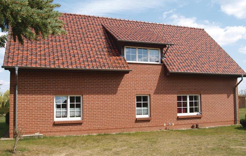 Amazing home in Mirow OT Qualzow with 2 Bedrooms (DMV301), casa vacanza a Klein Nemerow