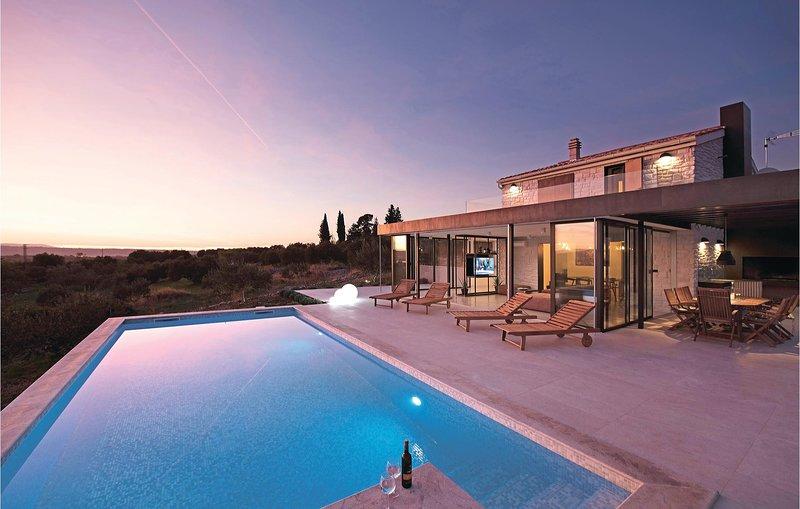 Beautiful home in Donje Polje with WiFi and 3 Bedrooms (CDJ390), holiday rental in Jadrtovac