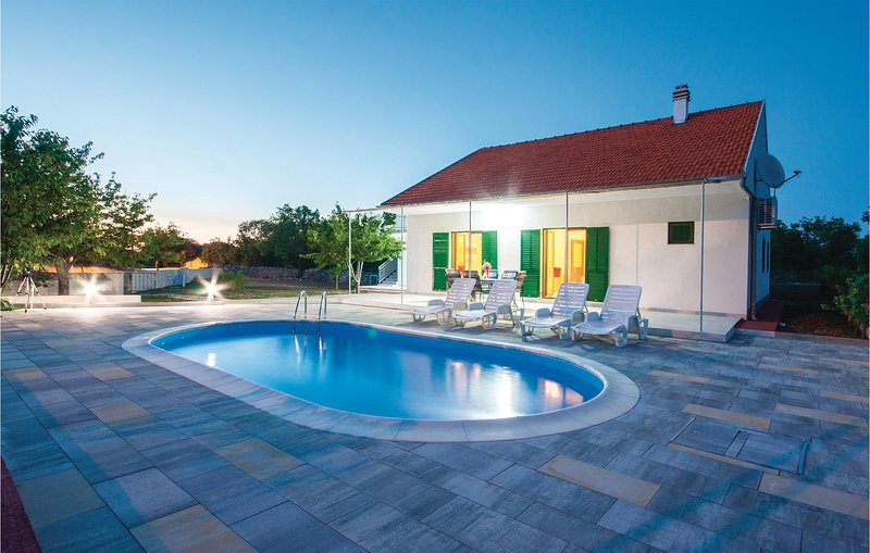 Nice home in Lozovac with WiFi and 3 Bedrooms (CDJ393), vacation rental in Lozovac