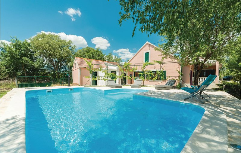 Nice home in Trbounje with WiFi and 3 Bedrooms (CDJ397), holiday rental in Vrlika