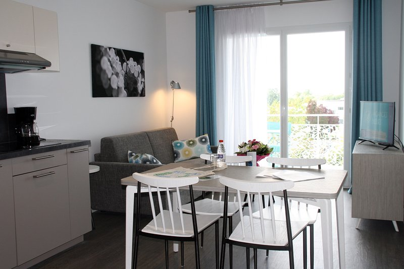 Le salon est moderne et confortable, idéal pour se détendre après une belle journée.