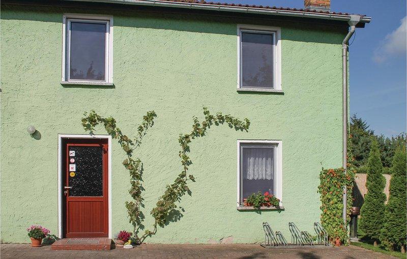 Nice home in Kargow with 2 Bedrooms (DMV413), aluguéis de temporada em Neubrandenburg