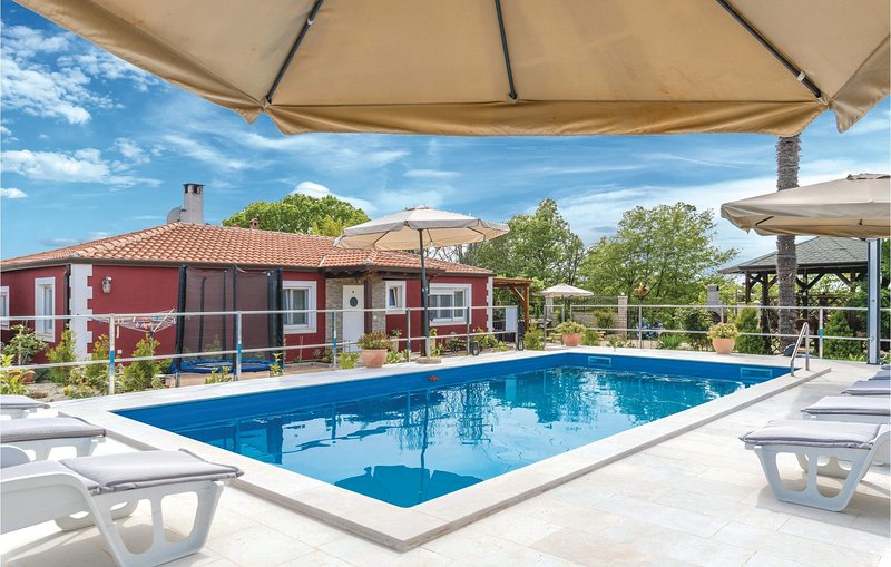 Stunning home in Novigrad with WiFi and 4 Bedrooms (CIU762), holiday rental in Fiorini