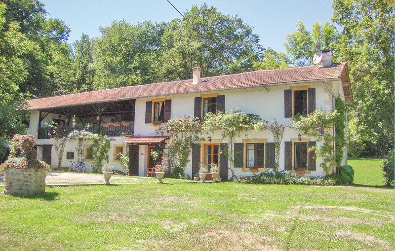 Awesome home in Betchat with WiFi and 5 Bedrooms (FMA701), aluguéis de temporada em Salies-du-Salat