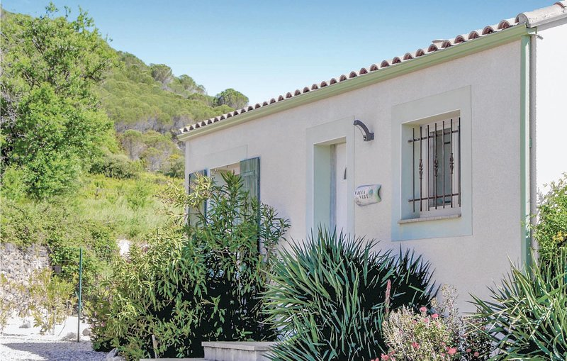 Beautiful home in Tuchan with WiFi and 2 Bedrooms (FLA057), casa vacanza a Duilhac-sous-Peyrepertuse