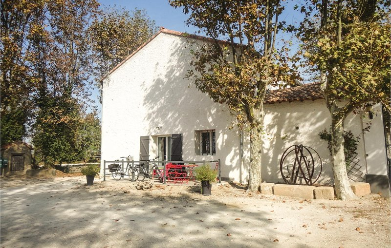 Beautiful home in Narbonne with WiFi and 2 Bedrooms (FLA148), holiday rental in Vinassan