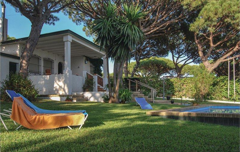 Stunning home in Mazagón with 4 Bedrooms (EAL060), alquiler vacacional en Almonte