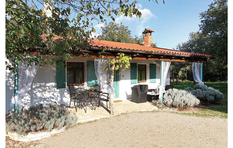 Nice home in Kanfanar with WiFi and 2 Bedrooms (CIV515), casa vacanza a Golas
