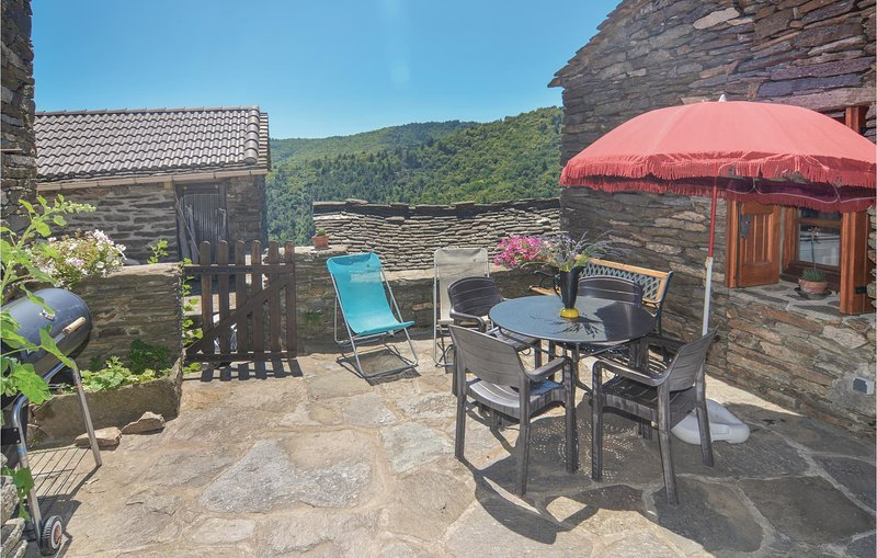 Stunning home in Bonnevaux with 2 Bedrooms (FLG049), alquiler vacacional en Aujac