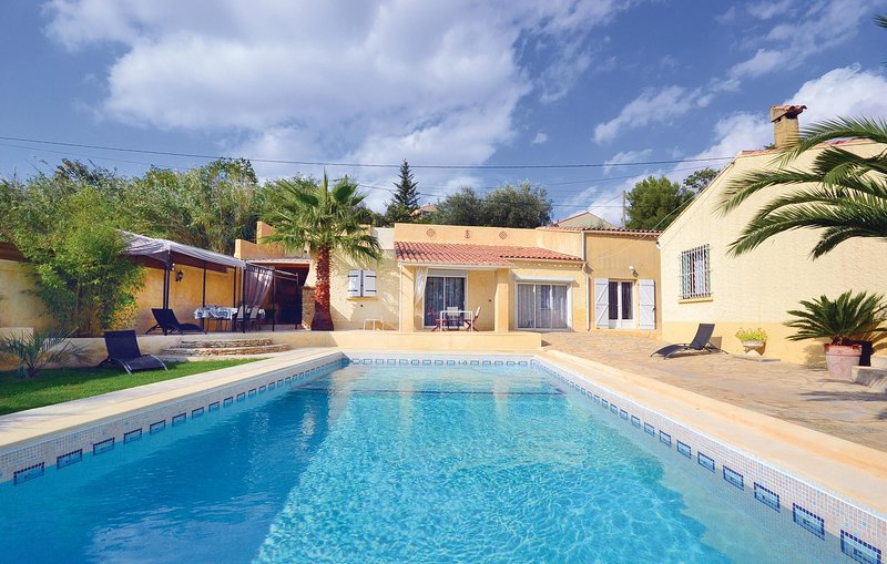 Stunning home in Théziers with WiFi and 3 Bedrooms (FLG021), aluguéis de temporada em Montfrin