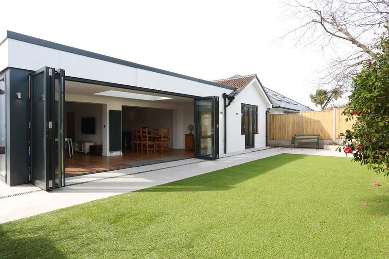 BOURNECOAST: MODERN BUNGALOW - IDEAL FOR FAMILIES - LARGE BIFOLD DOORS - HB5811, vacation rental in Christchurch