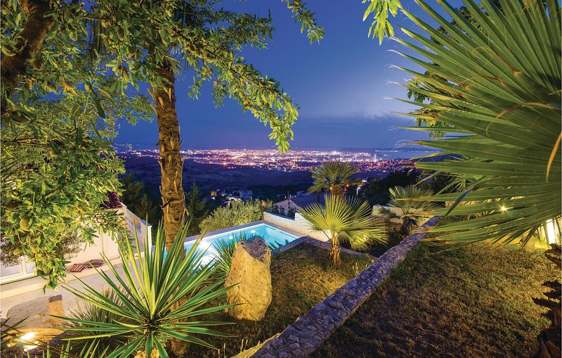 Nice home in Klis with WiFi and 4 Bedrooms (CDF245), holiday rental in Klis