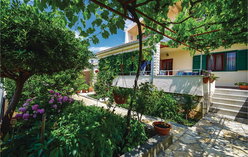 Nice home in Sibenik with 3 Bedrooms (CDJ053), aluguéis de temporada em Jadrija