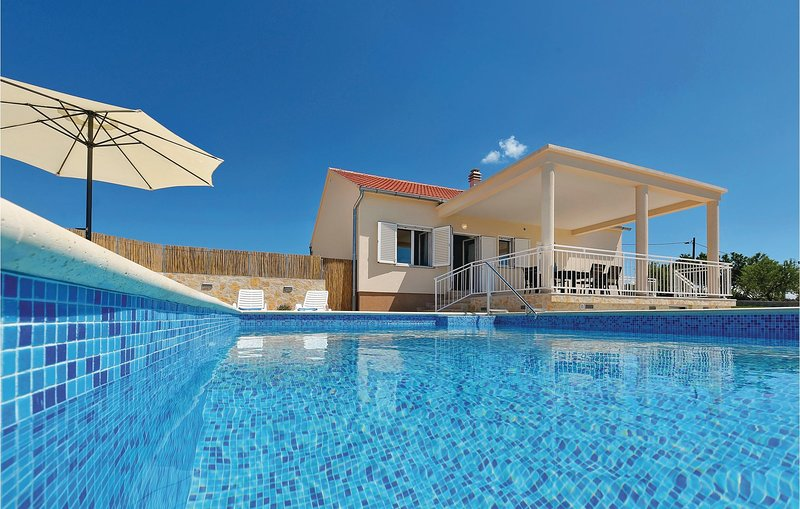 Beautiful home in Krkovic with WiFi and 3 Bedrooms (CDJ242), casa vacanza a Velika Cista