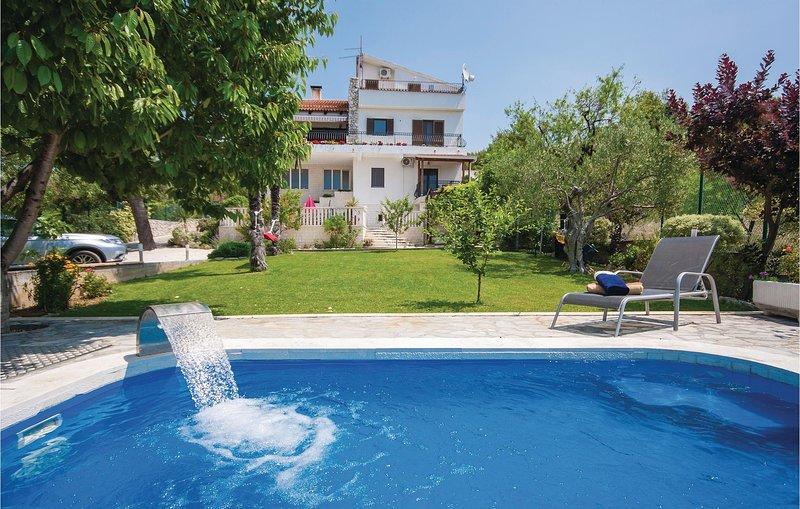 Amazing home in Brodarica with WiFi and 3 Bedrooms (CDJ240), alquiler de vacaciones en Krapanj