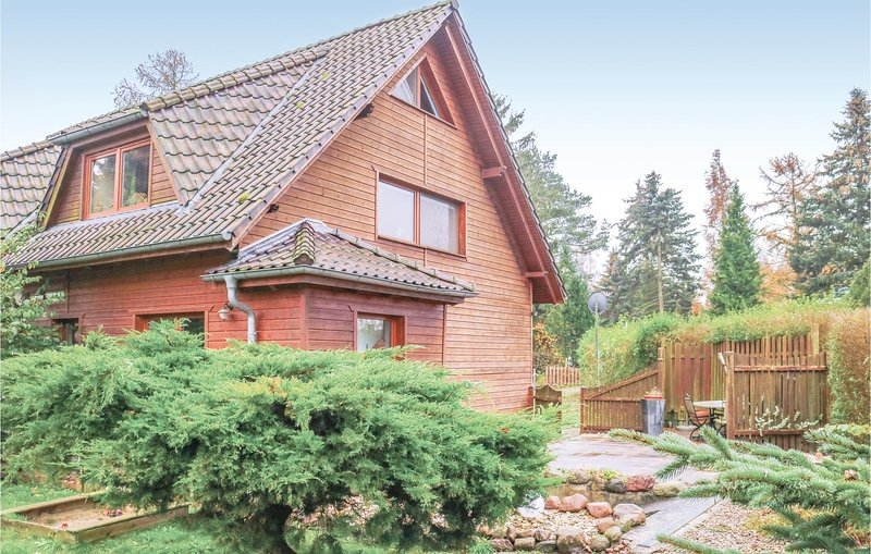 Amazing home in Bülower Burg with 3 Bedrooms (DMV134), casa vacanza a Borkow