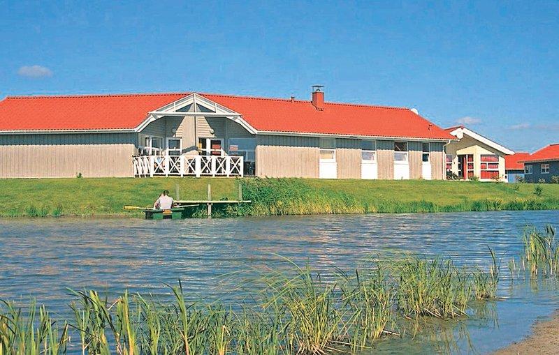 Beautiful home in Otterndorf with Sauna and 5 Bedrooms (DNS101), casa vacanza a Neuhaus an der Oste