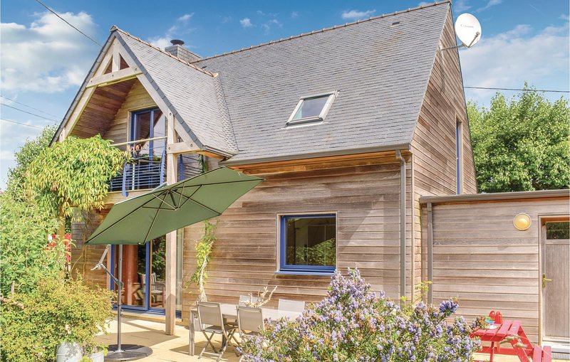 Beautiful home in Plounéour-Trez with Sauna, WiFi and 3 Bedrooms (FBF323), holiday rental in Lesneven