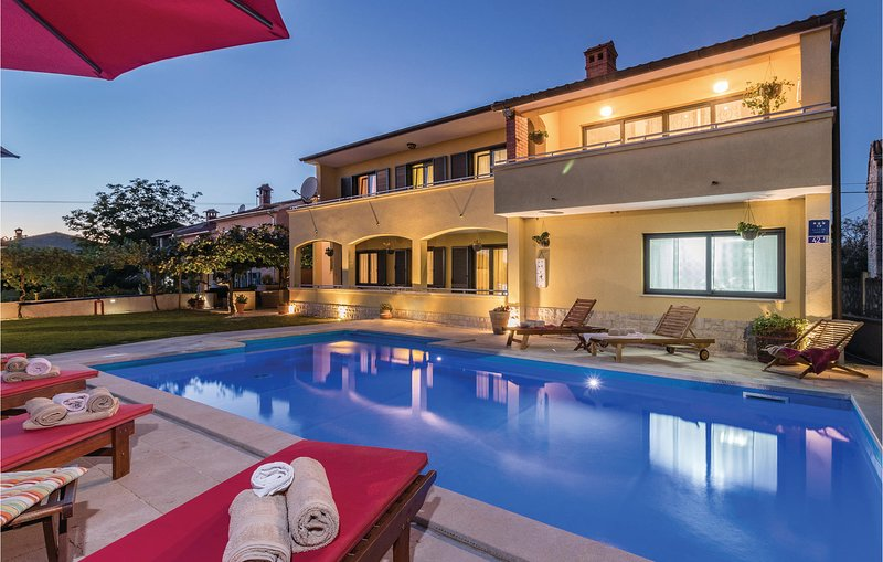 Beautiful home in Svetvincenat with WiFi and 6 Bedrooms (CIL866), holiday rental in Cabrunici