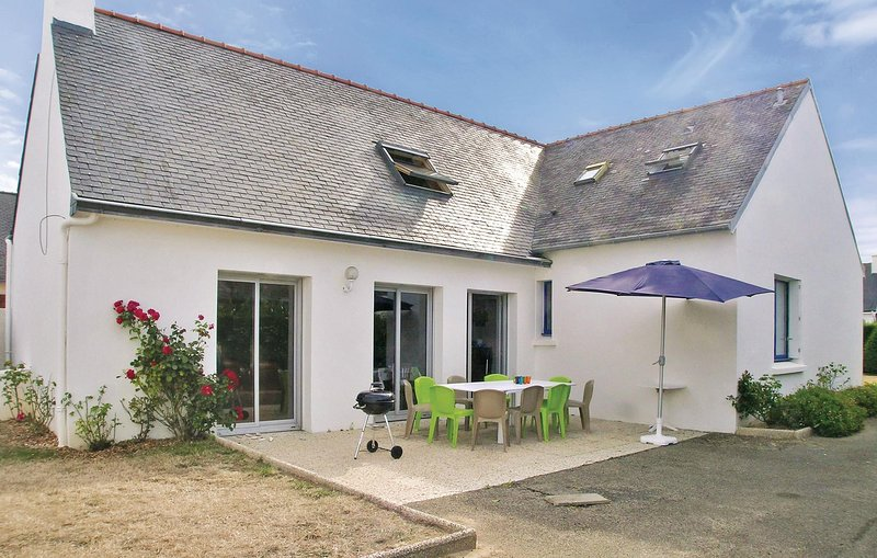 Beautiful home in Ile-Tudy with 5 Bedrooms (FBF337), location de vacances à Île-Tudy