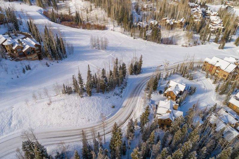 L'accès au ski est juste en face de ce complexe (tout à droite)