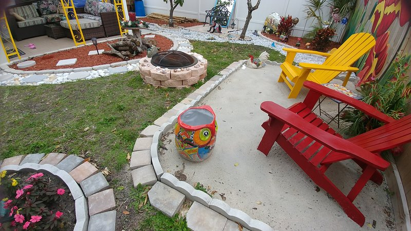 Pink flamingo 3brm 2bath/ mother-in-law/ fenced yard/Bikes/Beach/Outdoor heaven, location de vacances à South Pasadena