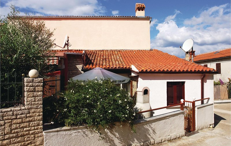 Awesome home in Pula with WiFi and 2 Bedrooms (CIB252), casa vacanza a Pomer