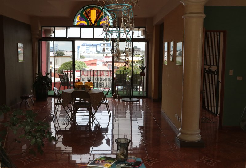 Beautiful Downtown Apartment With Balcony, location de vacances à San José
