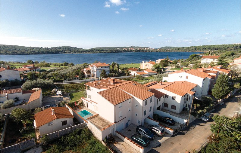Amazing home in Pomer with WiFi and 6 Bedrooms (CIB360), casa vacanza a Pomer