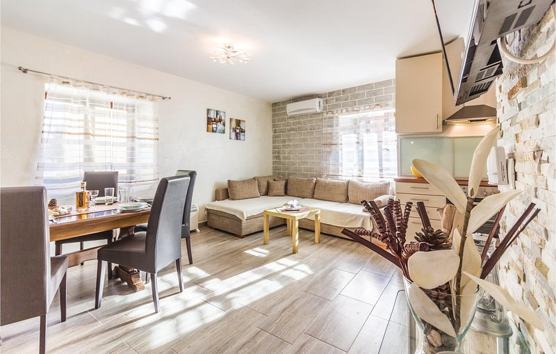 Nice home in Pomer with WiFi and 3 Bedrooms (CIB437), casa vacanza a Pomer