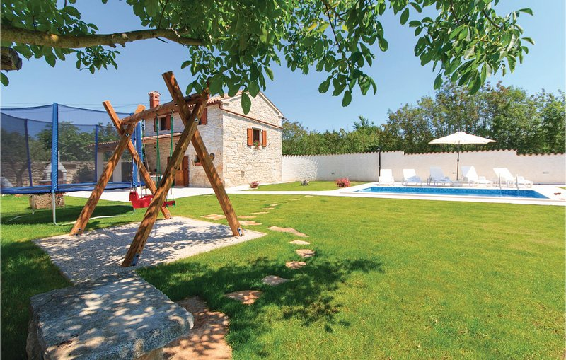 Stunning home in Filipana with WiFi and 2 Bedrooms (CIC319), holiday rental in Divsici