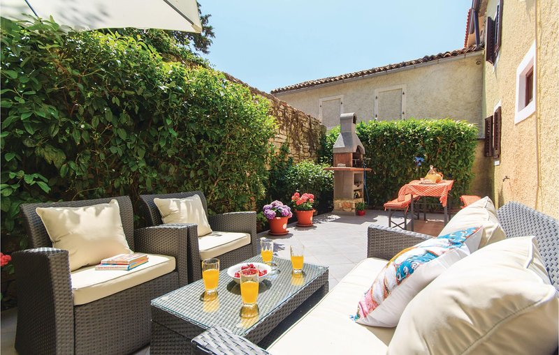 Nice home in Barban with WiFi and 4 Bedrooms (CIC252), location de vacances à Prhati
