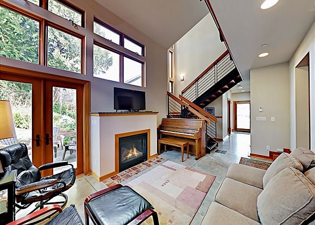 Charming Downtown Townhouse w/ Fireplace & Patio - Walk to Farmers' Market, location de vacances à Bainbridge Island